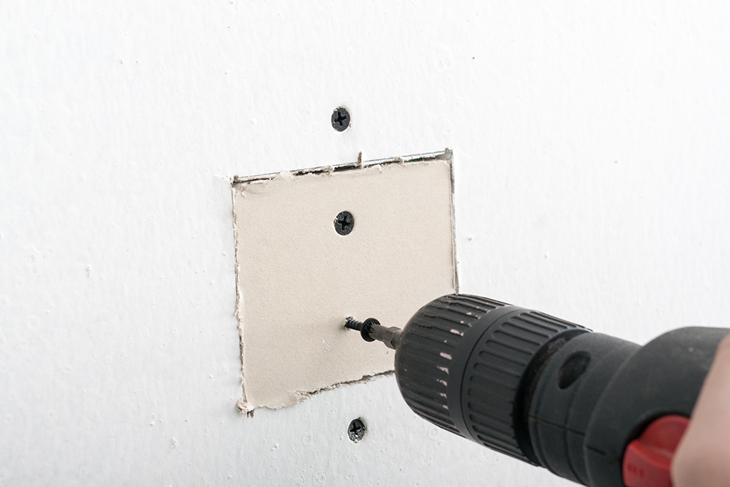 drywall repair tools how to fix a hole in drywall fixing holes in drywall. Black Bedroom Furniture Sets. Home Design Ideas